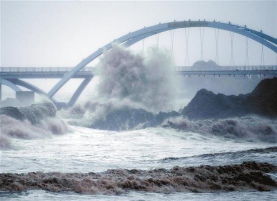 """《【摩登3登陆】浙江舟山:14号台风""""灿都""""带来大风大浪》"""